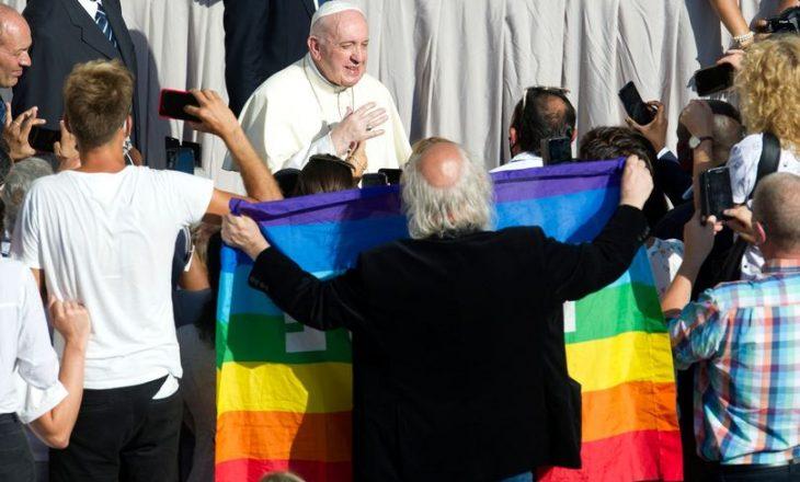 """Papa u thotë prindërve të fëmijëve LGBTQ+ që Perëndia i do fëmijët e tyre """"ashtu sikur janë"""""""
