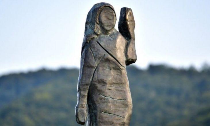 Vendoset një statujë e re e Melania Trump në Slloveni që zëvendëson të vjetrën që u djeg