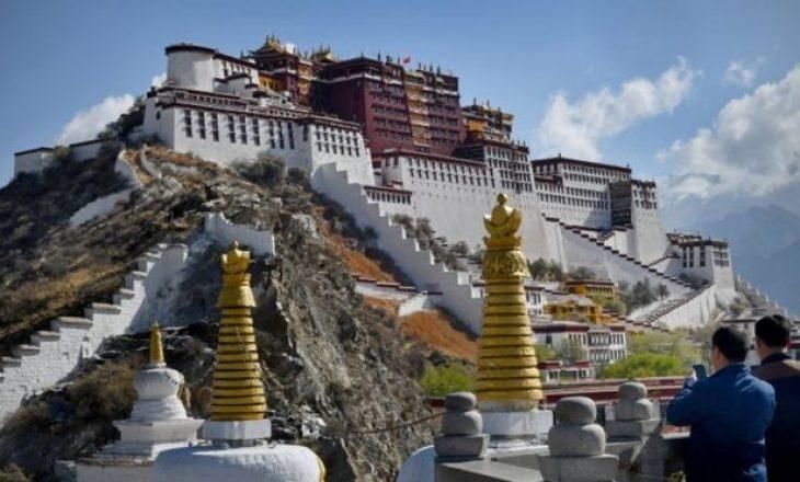 Kina është duke detyruar mijëra tibetianë të bëhet pjesë e kampeve masive të punës