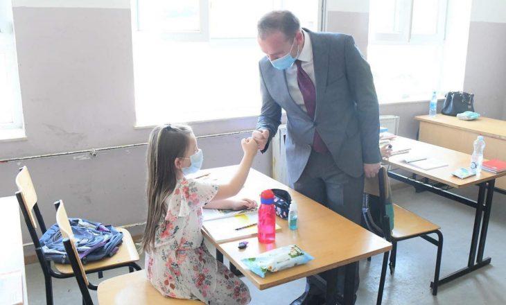 """Katër mësimdhënës në """"Faik Konica"""" pozitivë në COVID-19 – mësimi vazhdon online"""
