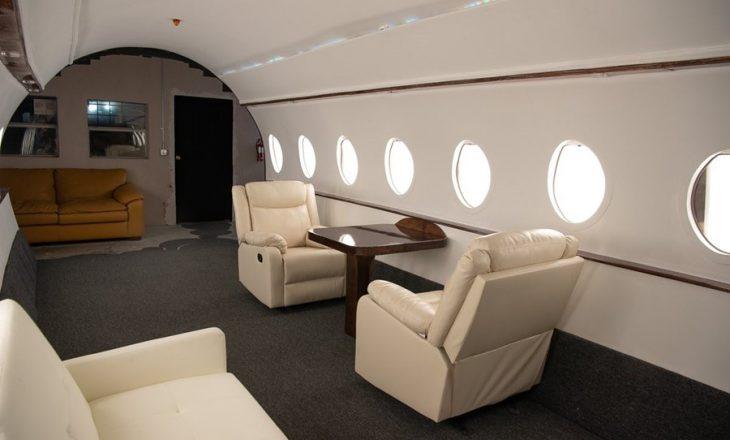 Influencerët janë duke pozuar në aeroplanë privat duke i bërë të tjerët të vënë në pyetje realitetin