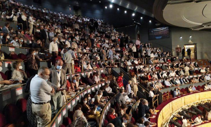 Spektatorët spanjollë protestojnë për mungesën e distancimit social – Opera anulohet