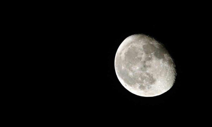 Nasa është duke kërkuar për kompani private që do të mbledhin pluhur nga hëna dhe do ta sjellin në Tokë