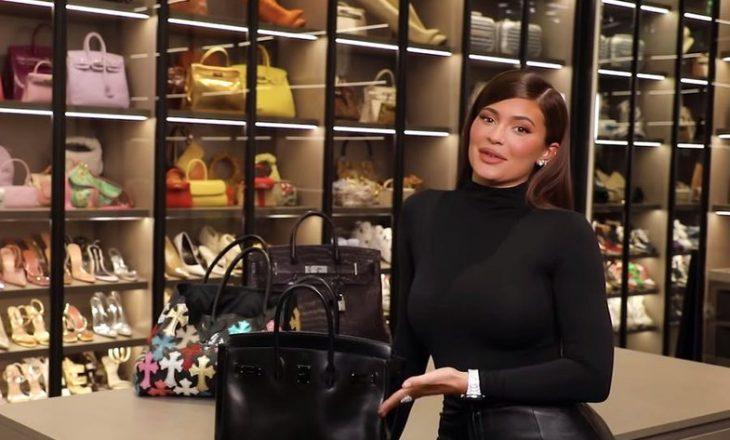 Çfarë ka në çantën e Kylie Jenner? (VIDEO)