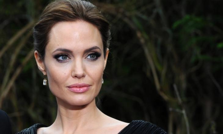 Angelina Jolie është e mllefosur me Brad Pitt, i cili e ka dërguar të dashurën e re pronën e tyre të përbashkët