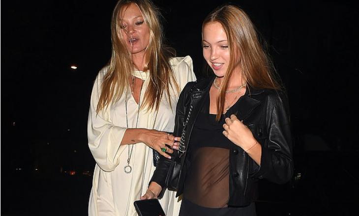 Kate Moss zgjedh një fustan të bardhë përderisa vajza e saj Lila e shoqëron e veshur në të zeza