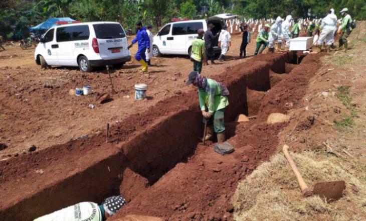 Nuk vënë maska, dënohen të gërmojnë varre për viktimat e Coronavirus-it