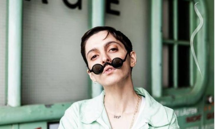 """Dacid Go8lin është artistja dhe modelja shqiptare 'queer' e cila ka publikuar këngën """"Repeat"""""""