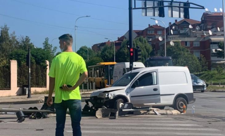 Vetë-aksident në Prishtinë – automjeti godet semaforin (Foto)