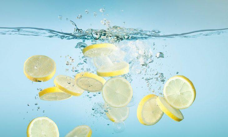 Ujë i ngrohtë me limon në mëngjes për të pastruar trupin nga toksinat