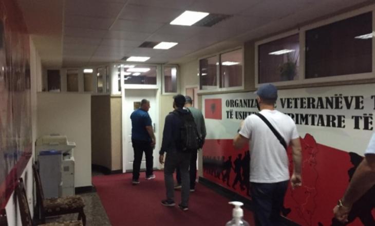 Zyrtarët e Speciales arrijnë në zyrat e OVL-UÇK-së që t'i marrin dosjet e dyshimta