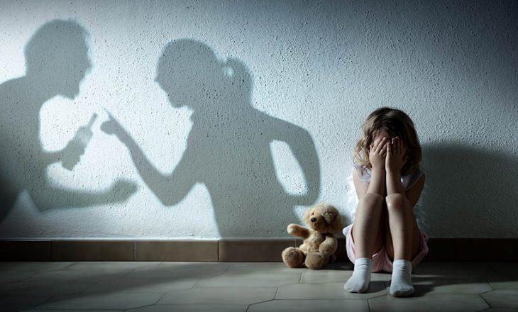 Dërgohet në mbajtje një grua pasi sulmoi fizikisht fëmijët e më pas anëtarët tjerë të familjes