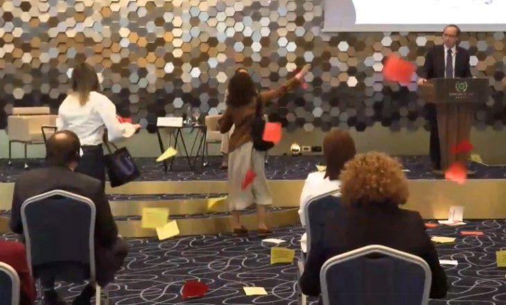 Ndërpritet fjalimi i Hotit nga aktivistët e PSD-së, i kërkoeht përgjegjësi për vrasjen e grave nga burrat