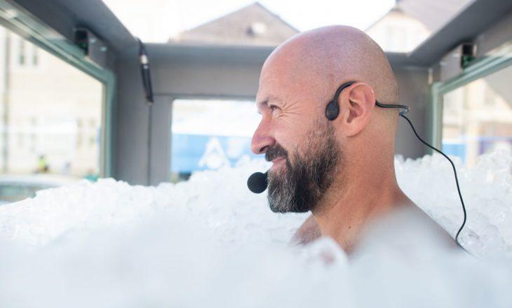 Austriaku qëndroi në një pishinë akulli për 2 orë e gjysmë vetëm që të vendosë një rekord të ri