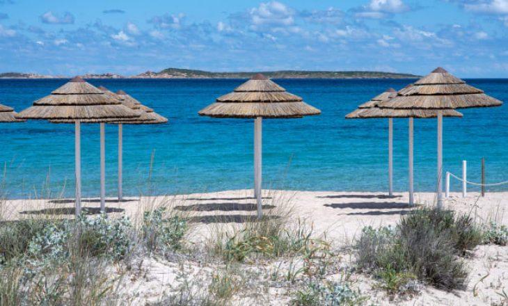 Merr rërë nga plazhi, turisti gjobitet me 1.000 euro