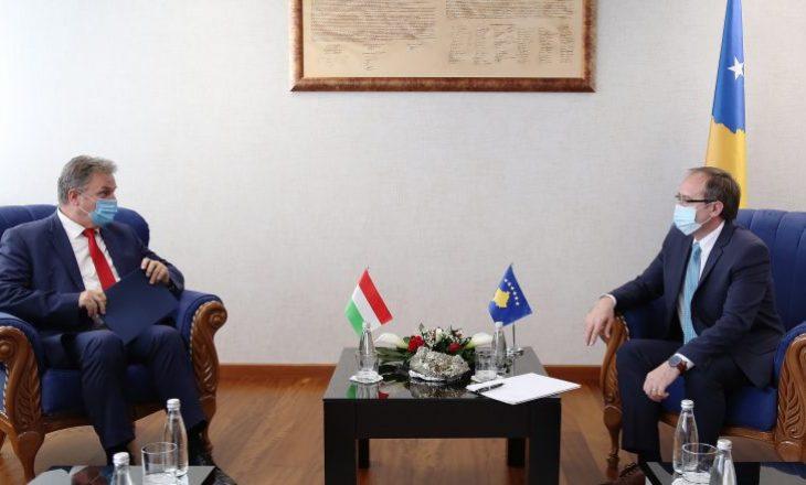 Hoti takim njoftues me ambasadorin hungarez