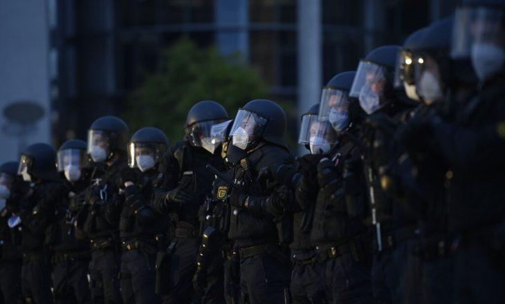 29 oficerë në Gjermani suspendohen pasi shpërndanë imazhe neo-naziste