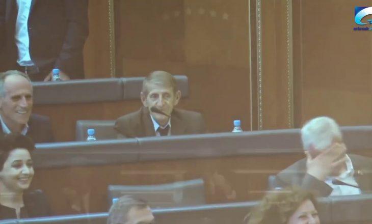 """Momenti qesharak kur Mikullovci imitonte Veselin dhe """"plasi"""" e qeshura në Kuvend (VIDEO)"""