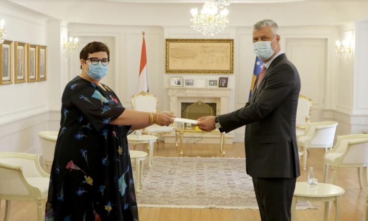 Thaçi pranon letrat kredenciale nga ambasadorja e Mbretërisë së Holandës