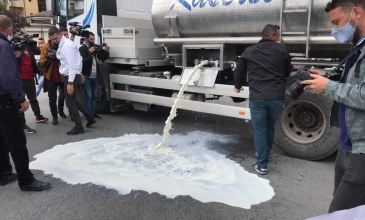 """Fermerët derdhin qumësht në rrugë – bllokohet rrethi i """"Dragodanit"""""""