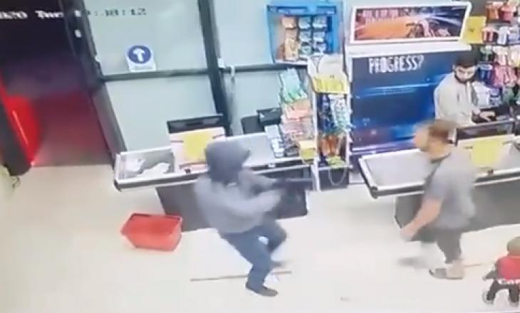 Konsumatori hero – një person i armatosur provon ta grabisë një market në Prishtinë, konsumatori e zmbrapsë duarthatë hajdutin (VIDEO)