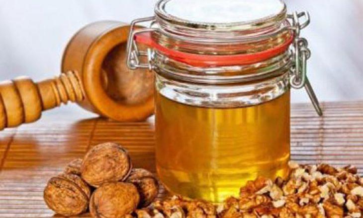 Përfitimet shëndetësore të kombinimit të mjaltit me arra