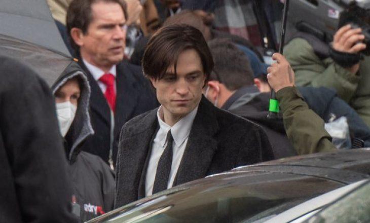 Robert Pattinson shfaqet në xhirimet e Batman, pas ndërprerjes për shkak të infektimit me Covid-19