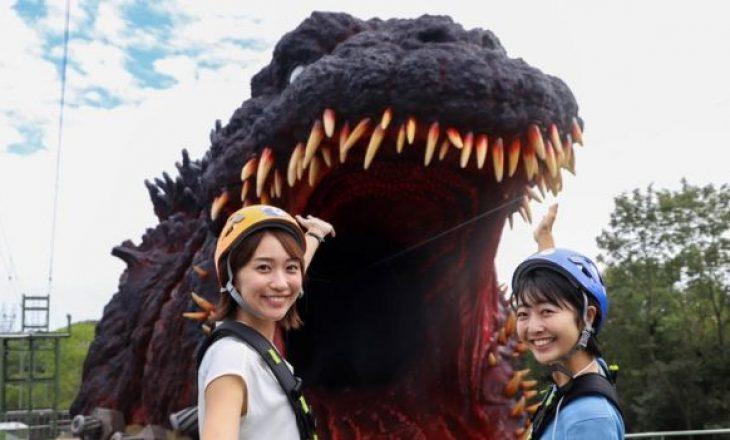 """Parku argëtues japones shpalos skulpturën gjigande me përmasa reale të filmit """"Godzilla"""""""