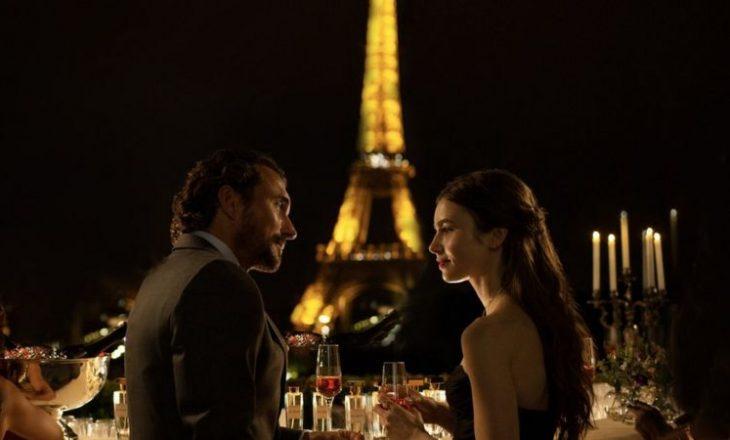 Autorit të Emily në Paris nuk i vjen aspak keq për 'klishet' e përdorura