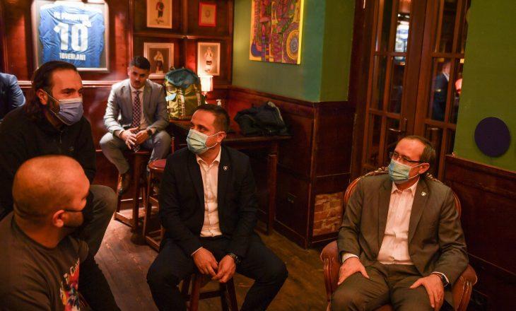 Hoti Viziton një lokal në Prishtinë – Bën thirrje për respektim të masave