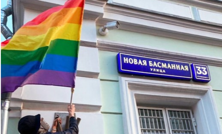 Anëtarët e grupit Pussy Riot arrestohen për shkak të protestave me flamuj të LGBT+