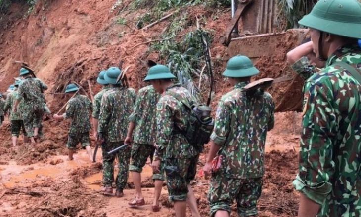 Vietnami goditet nga përmbytjet më të rënda ndër të cilat shkaktuan edhe rrëshqitje masive të tokës