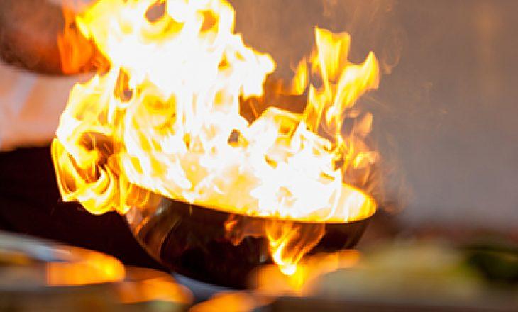 MOS hidhni ujë në një zjarr të yndyrës!