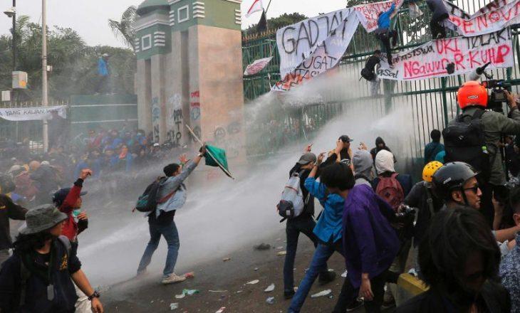 Protesta në Indonezi, arrestohen 400 persona