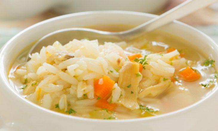 Supa me oriz dhe mish pule që mban larg gripin dhe sëmundjet virale