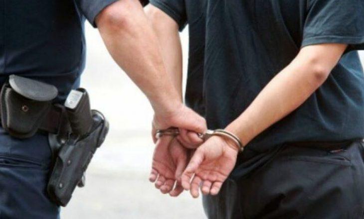 Dyshohet se shtyu vajzën e tij të bëjë vetëvrasje, arrestohet