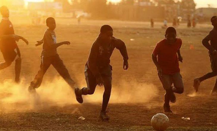 Vritet futbollisti nga bashkëlojtarët e ekipit, bëri gabim në golin e pësuar