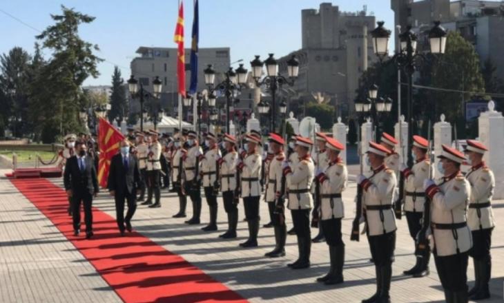 Hoti nis vizitën në Maqedoninë e Veriut, Zaev e pret me nderime shtetërore