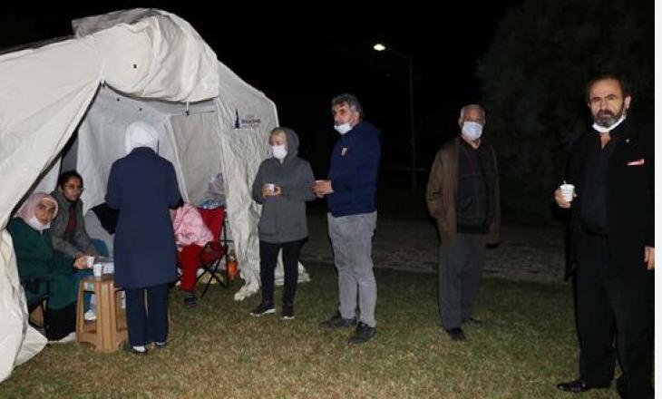 Frikë e madhe: Në Izmir njerëzit e kaluan natën jashtë