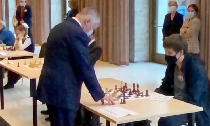 Djali i Pacollit sfidon kampionin e shahut
