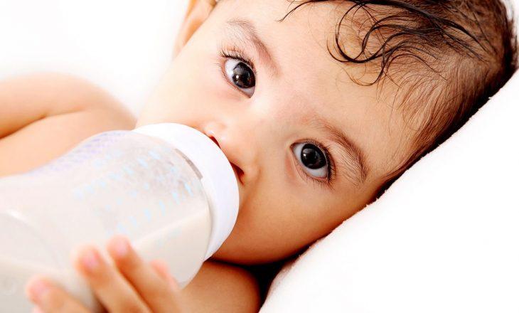 Studimi: Foshnjat mund të konsumojnë një milion grimca mikroplastike nga shishet çdo ditë