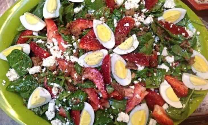 Sallatë e shpejtë me spinaq dhe vezë