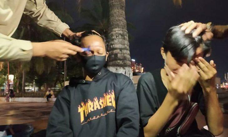 Policët dënojnë adoleshentët duke ua rruar vetullat