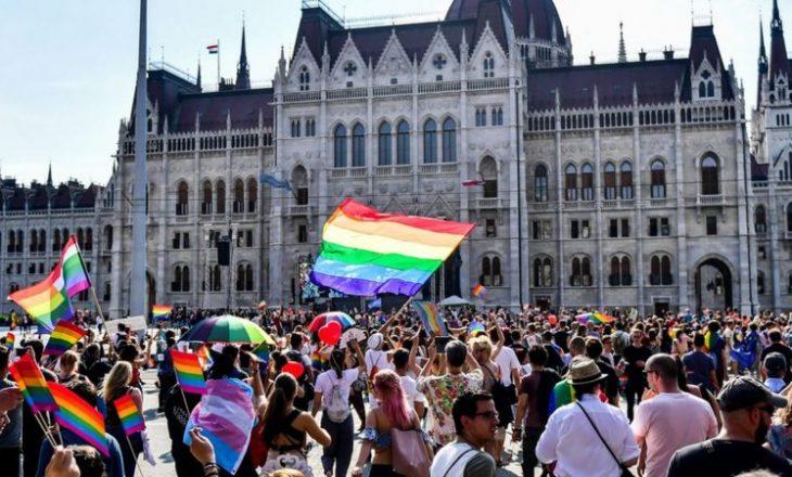 Qeveria hungareze propozon ndalimin e adoptimit të fëmijëve nga çiftet e të njëjtit seks
