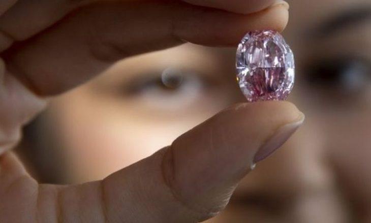 Diamanti i rrallë rozë shitet në ankand për 26.6 milionë dollarë