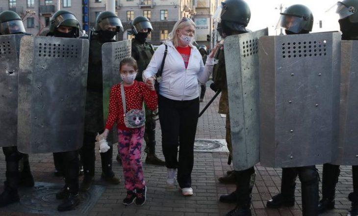 Fëmijët në Bjellorusi imitojnë brutalitetin e protestave në lojërat e tyre