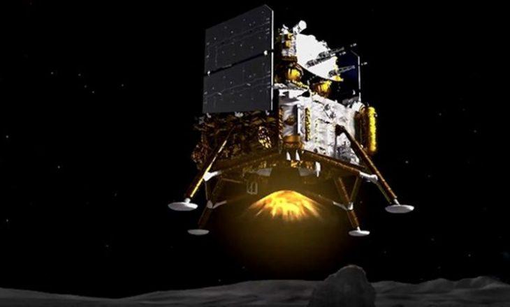 Anija kozmike kineze arrin në Hënë për të marrë mostra shkëmbinjësh