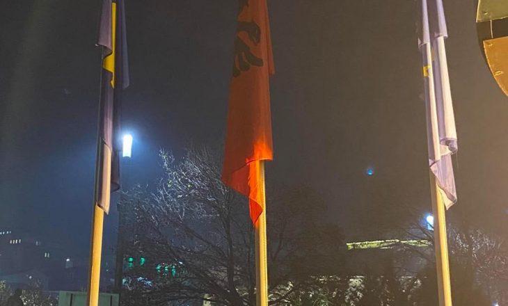 Vendoset flamuri kombëtar para Kuvendit dhe Presidencës