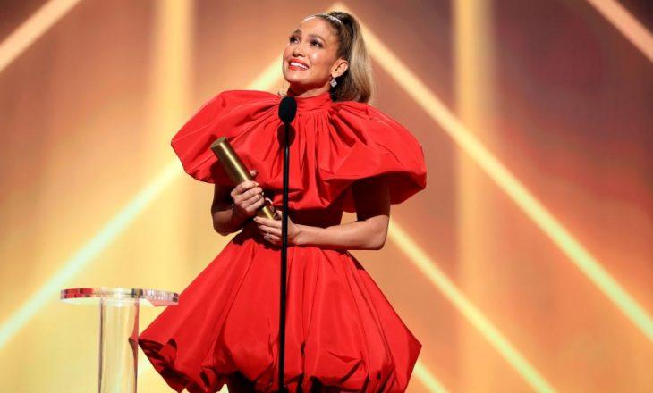 Jennifer Lopez përlotet në skenë gjatë fjalimit