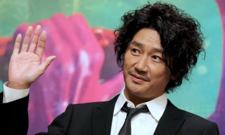 Këngëtari japonez suspendohet nga puna për shkak të një lidhje jashtë martesore